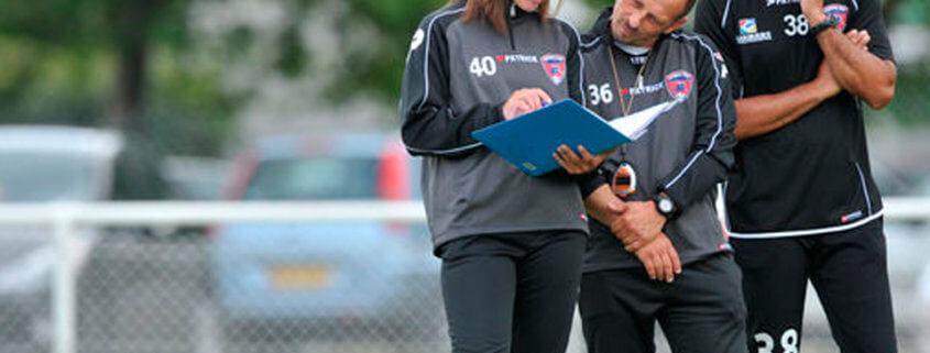 Entrenadora femenina en equipo masculino